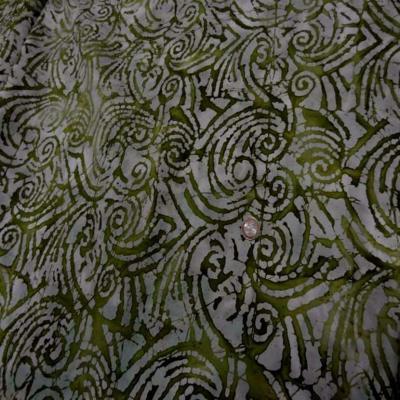 Batik motif en camaieu de vert olive motifs fossile