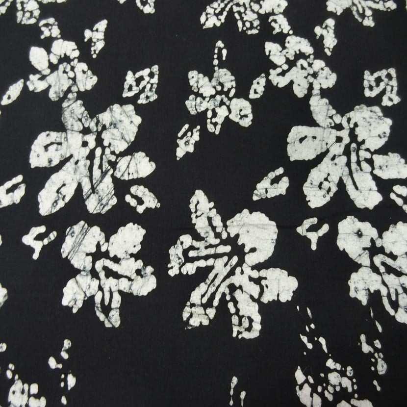 Batik ton noir imprime fleurs blanche3