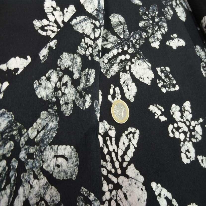 Batik ton noir imprime fleurs blanche6