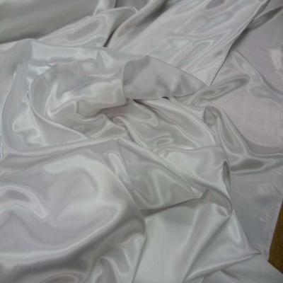Beau satin blanc legerement casse