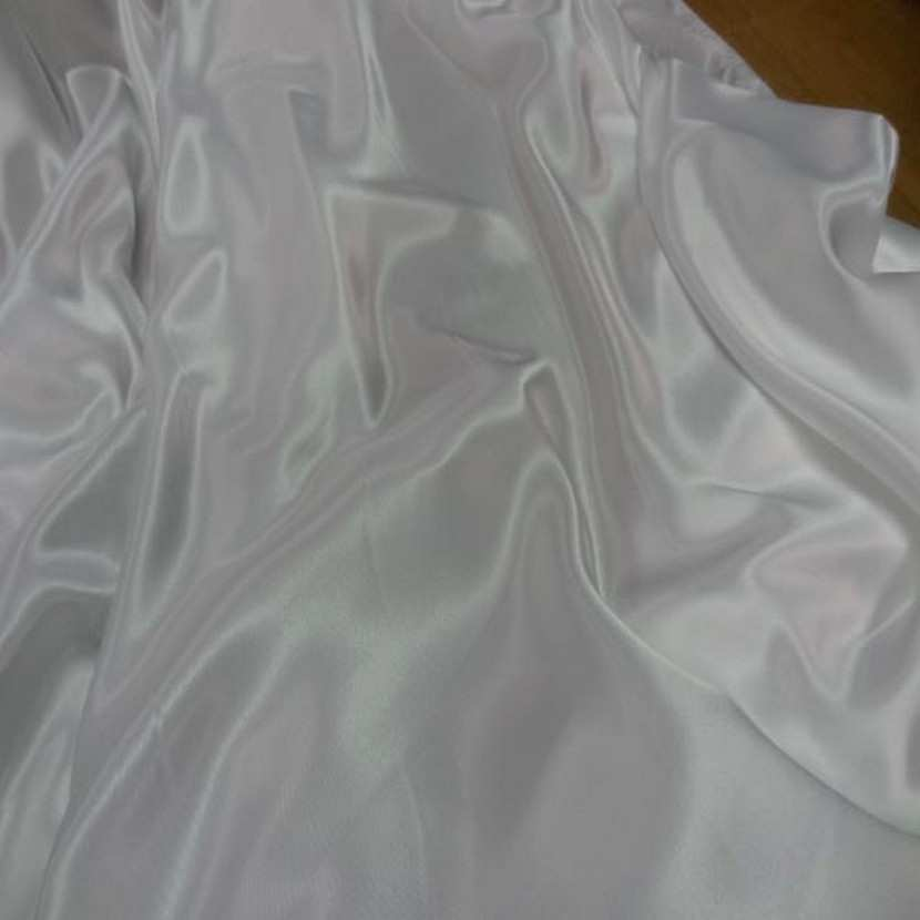 Beau satin blanc legerement casse6