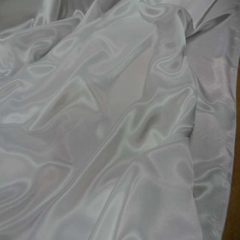 Beau satin blanc legerement casse9