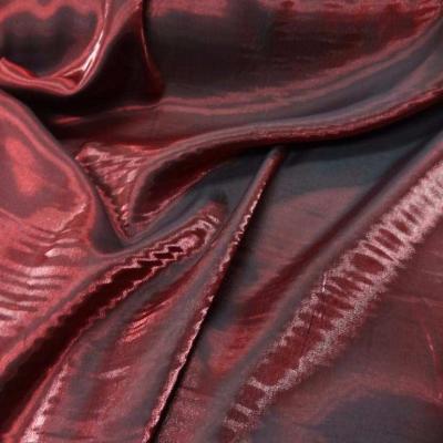 Beau satin rouge bordeaux changeant couleur rouge noir
