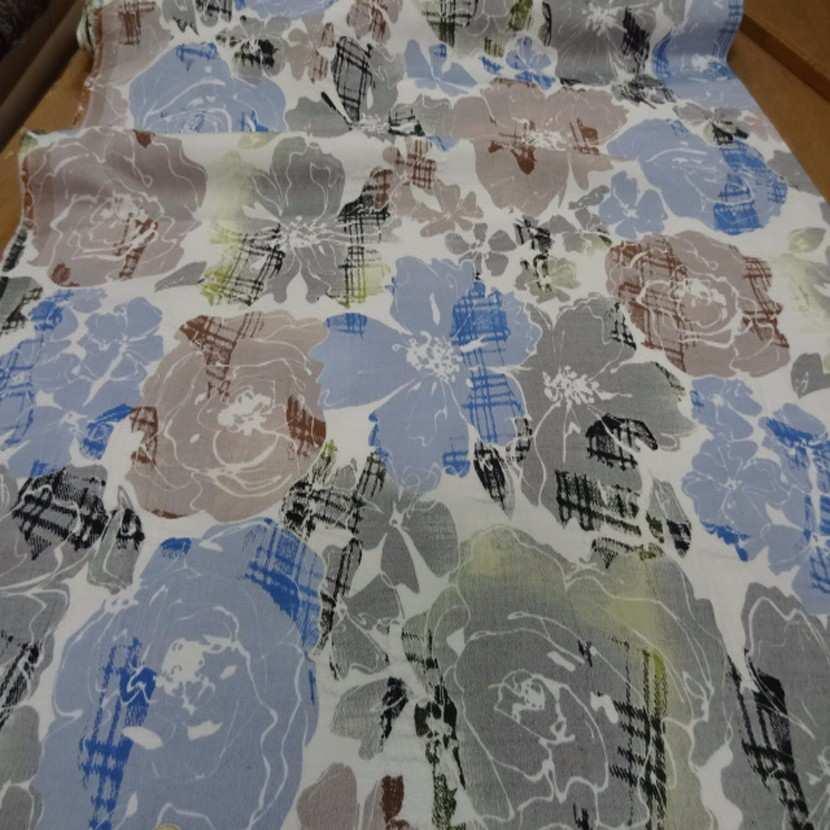 Coton blanc imprime fleurs bleu taupe et gris8