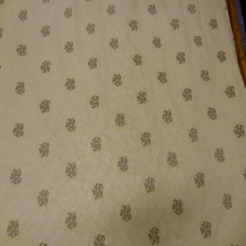 Coton d ameublement jaune paille damasse a motifs vieil or1