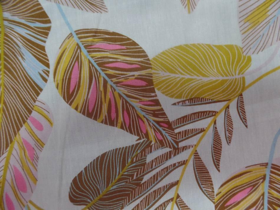 tissu Coton 100% popeline beige imprimé feuillages ton marron ,bleu ,rose