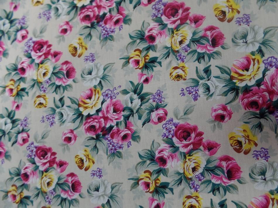 Coton popeline beige imprime rosiers ton rose vert et jaune