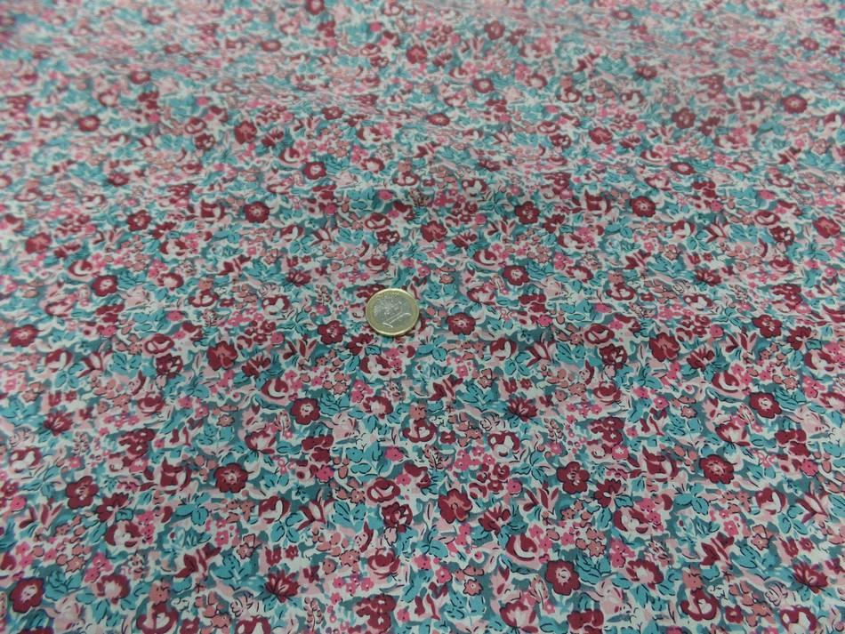 Coton popeline blanche imprime liberty fleurs bordeaux rose et bleu