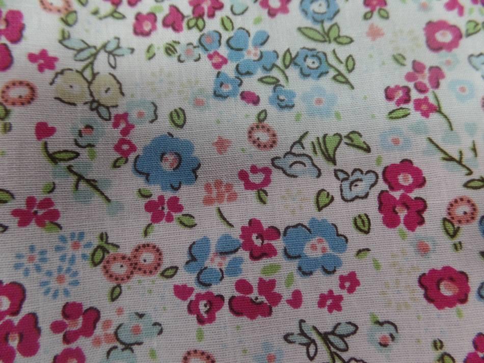 Coton popeline blanche imprimé liberty fleurs ton bleu,bordeaux et vert