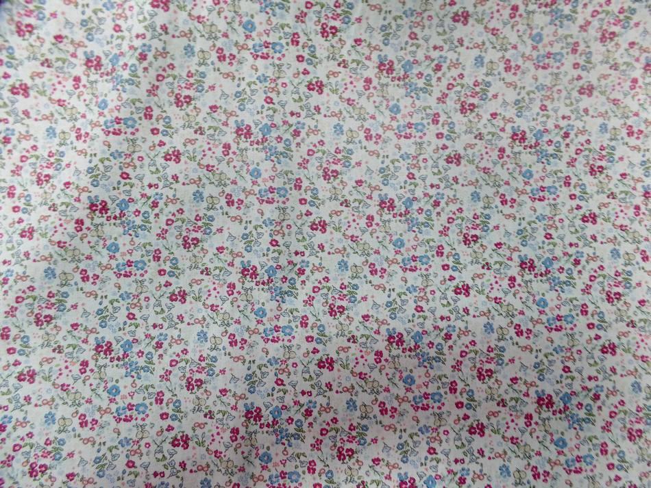 tissu Coton popeline blanche imprimé liberty fleurs ton bleu,bordeaux et vert