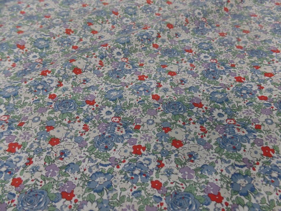 Coton popeline blanche imprime liberty fleurs ton bleu gris et rouge
