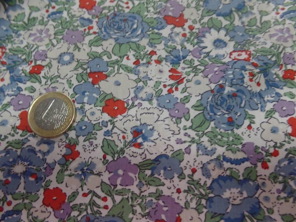 Coton popeline blanche imprimé liberty fleurs ton bleu gris et rouge