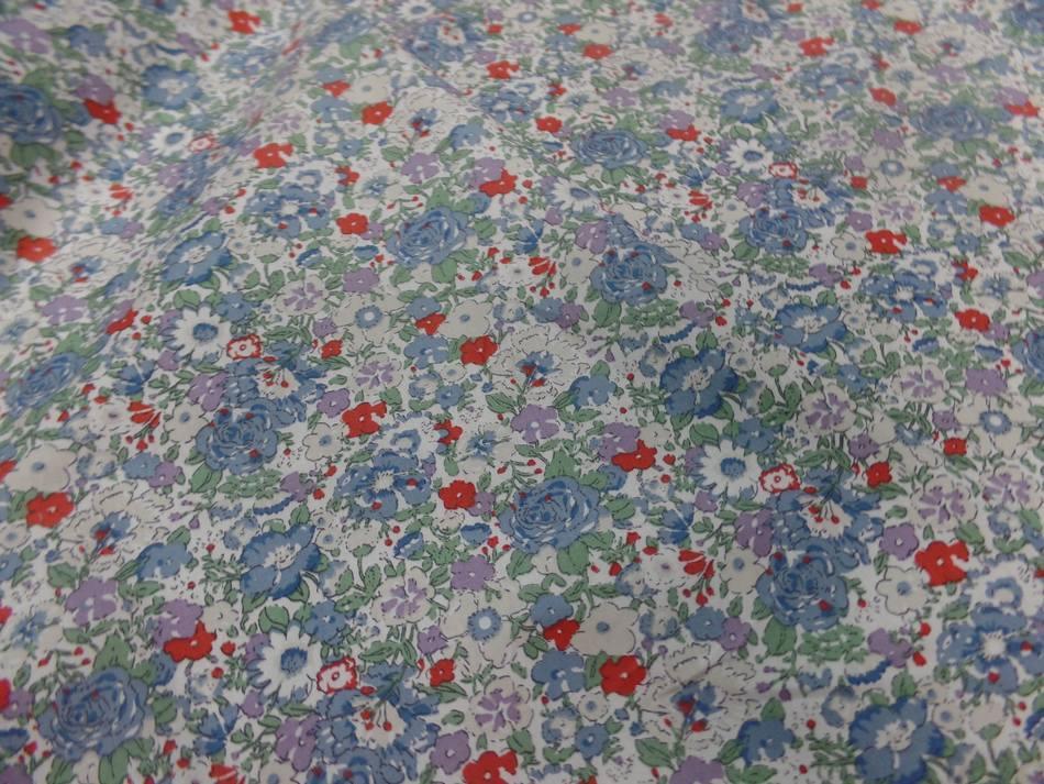 Coton popeline blanche imprime liberty fleurs ton bleu gris et rouge8