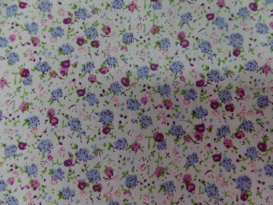 tissu coton popeline blanche imprimé liberty fleurs ton bleu ,rose ,bordeaux