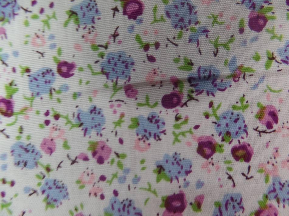 Coton popeline blanche imprime liberty fleurs ton bleu rose bordeaux
