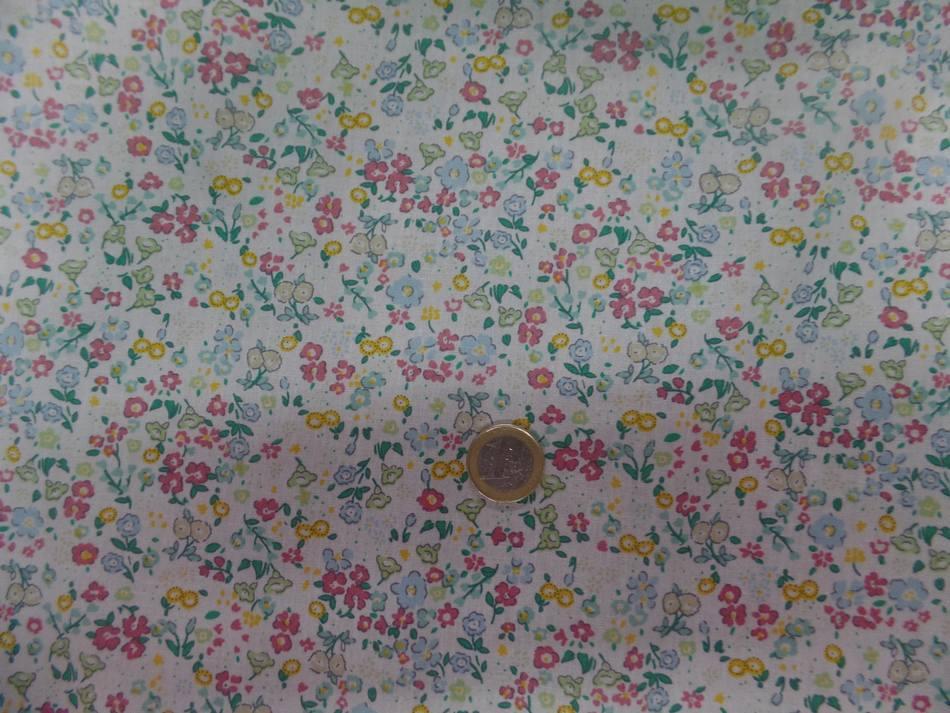 tissu Coton popeline blanche imprimé liberty fleurs ton bleu,vert et jaune