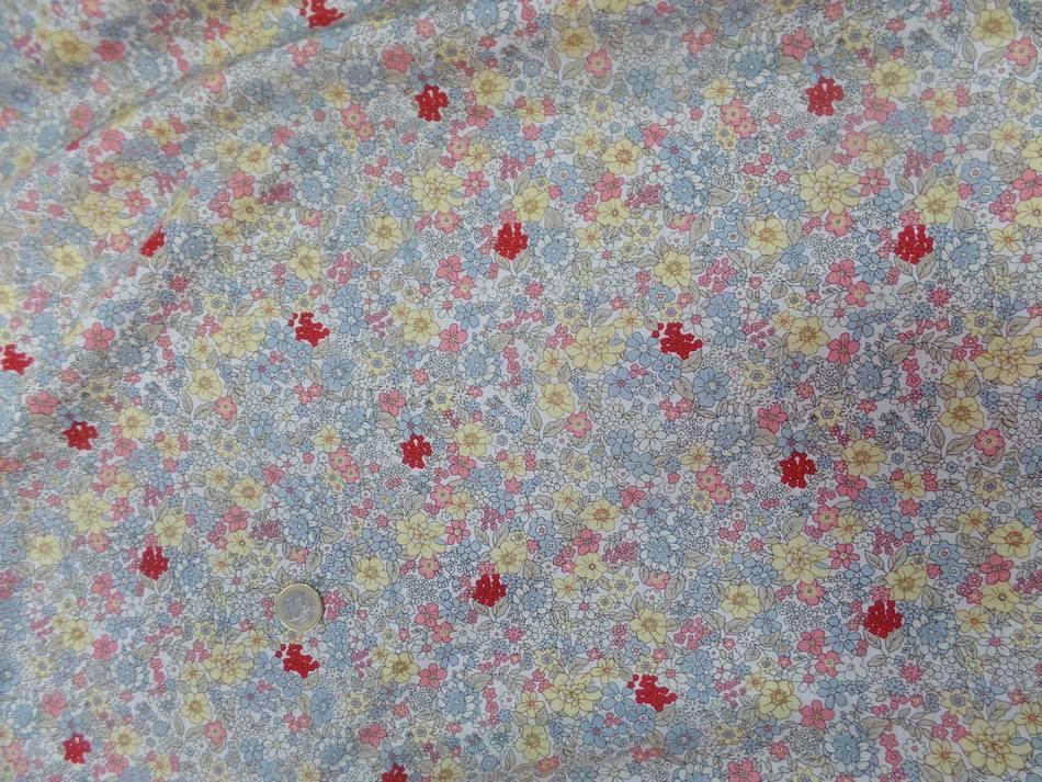 Coton popeline blanche imprime liberty fleurs ton gris jaune rose et rouge