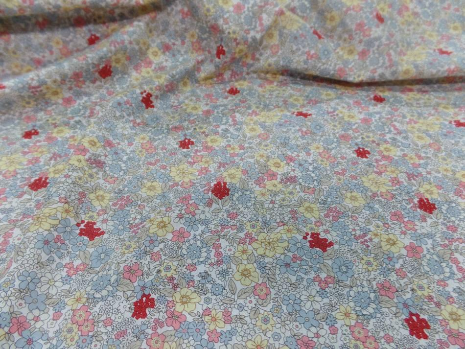 Coton popeline blanche imprimé liberty fleurs ton gris,jaune;rose et rouge