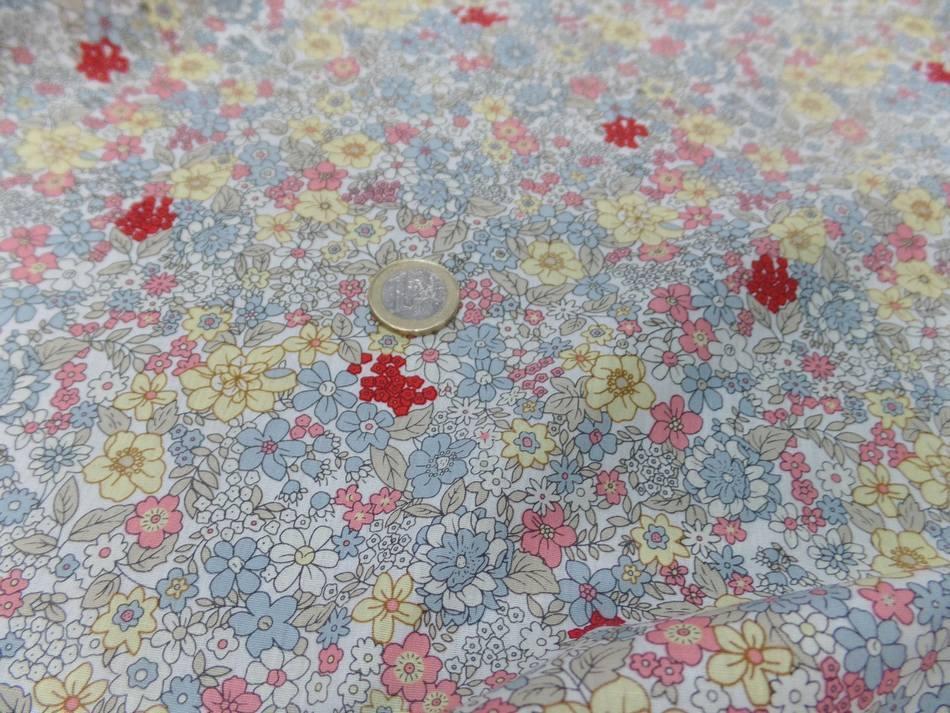 Coton popeline blanche imprime liberty fleurs ton gris jaune rose et rouge6
