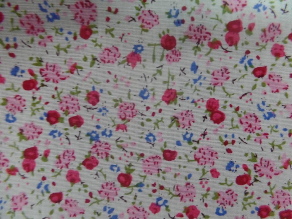 Coton popeline blanche imprime liberty fleurs ton rouge rose et vert
