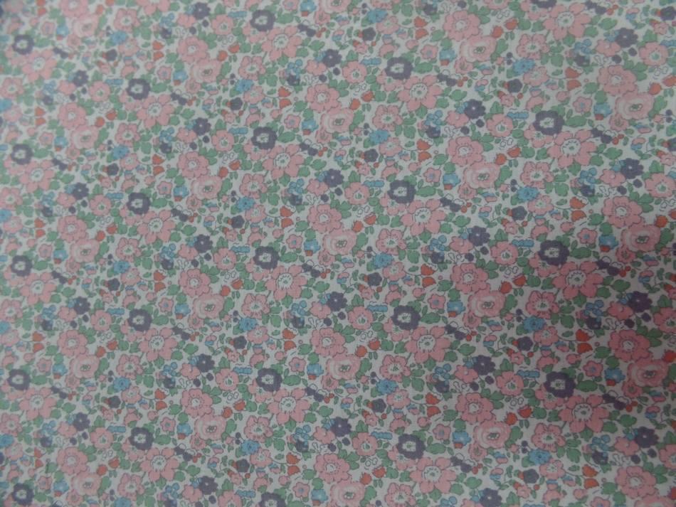 Coton popeline blanche imprimé liberty fleurs ton saumon et vert