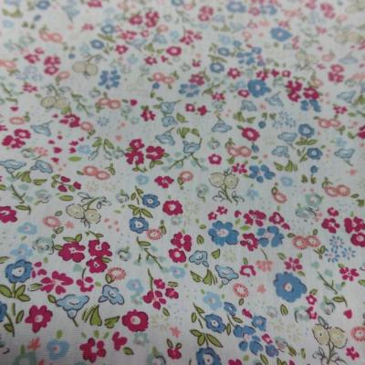 vente de Coton popeline blanche imprimé style liberty fleurs rouge , vert et bleu pas cher