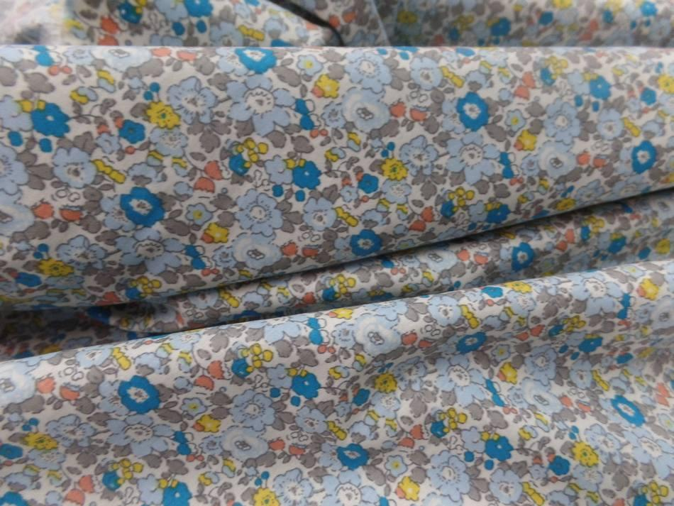 Coton popeline blanche imprime style liberty fleurs bleu jaune taupe