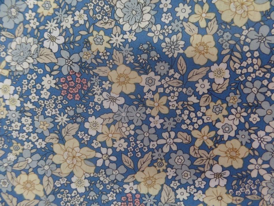 tissu Coton popeline bleu imprimé liberty fleurs ton jaune,blanc et gris