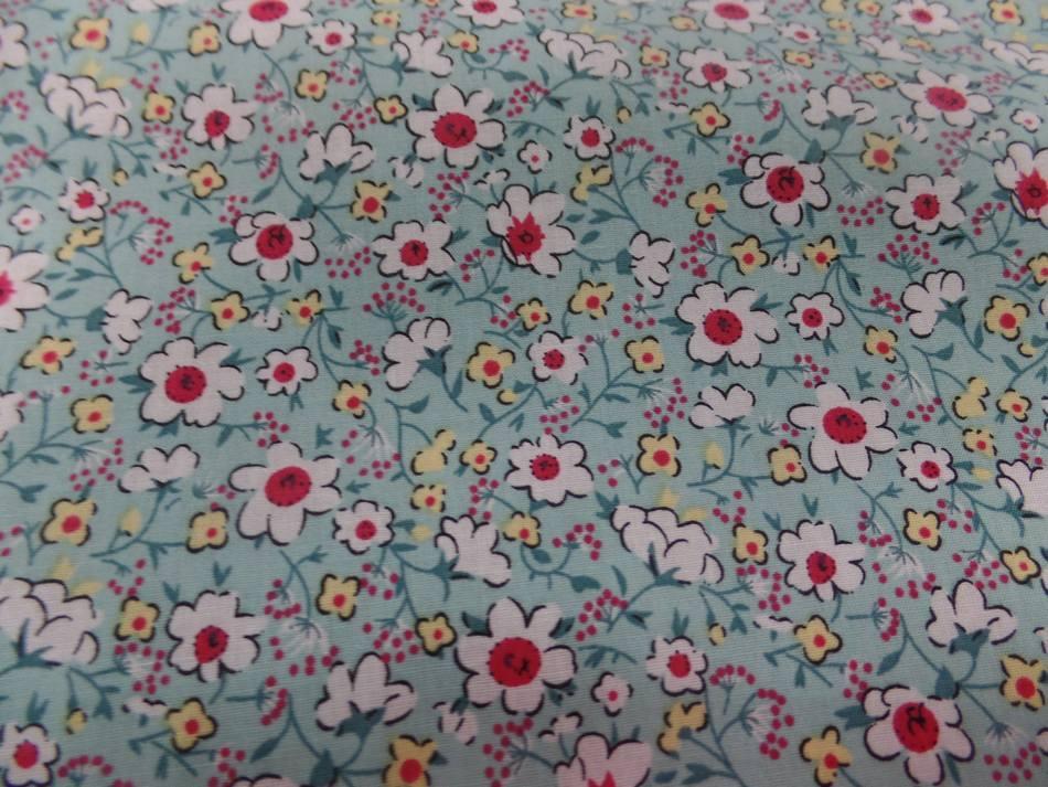 Coton popeline bleu lagon imprime liberty fleurs ton blanc et rouge
