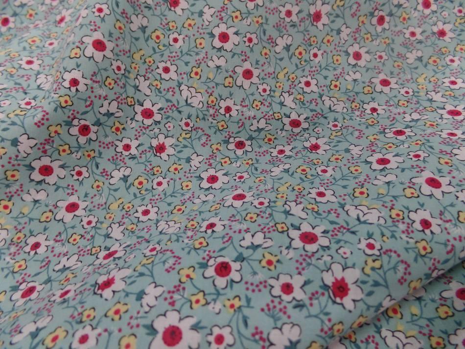 Coton popeline bleu lagon imprimé liberty fleurs ton blanc et rouge