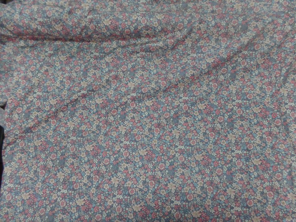 Tissu coton popeline gris imprime liberty motifs fleurs saumon et beige