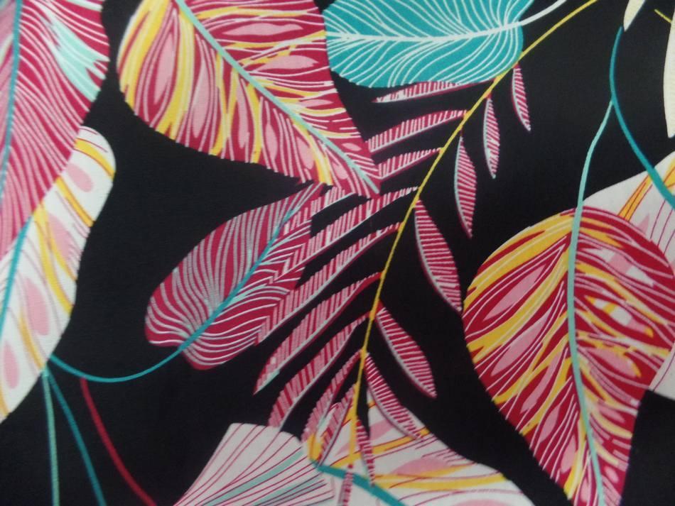 tissu coton 100%  popeline 120 FILS 110 GR m² noire imprimé feuillages ton blanc , bleu, rouge