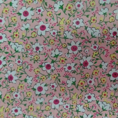 Coton popeline rose saumon imprime liberty fleurs ton blanc vert et rouge