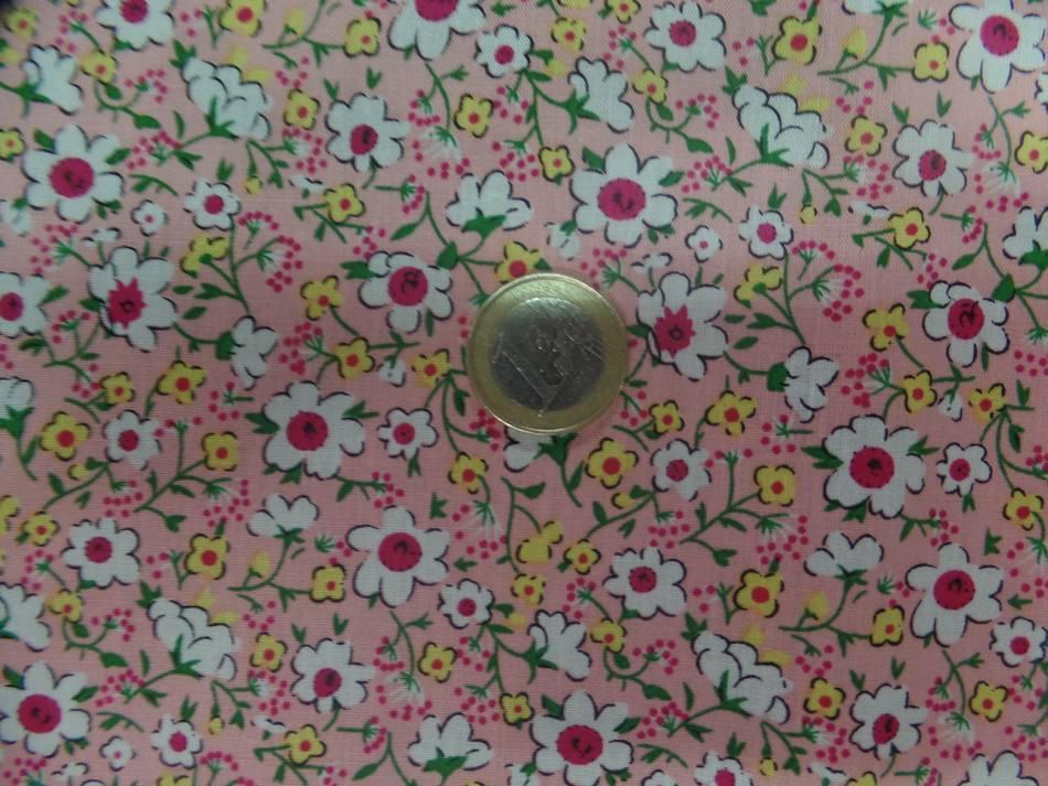 Coton popeline rose saumon imprimé liberty fleurs ton blanc ,vert et rouge
