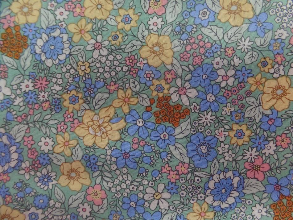 tissu Coton popeline verte imprimé liberty fleurs ton bleu ,rose ,jaune
