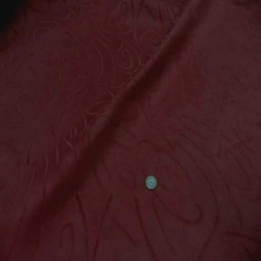 Coupon de 1m d alcantara rouge bordeaux a motifs1