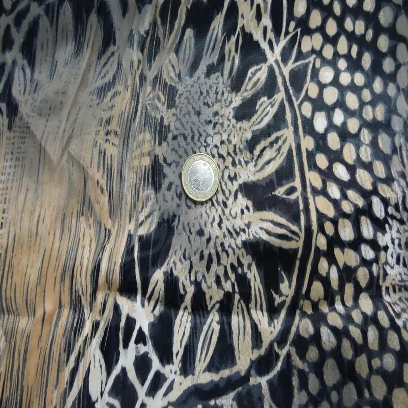 Coupon de beau satin noir imprime beige blanc casse et taupe 2m1