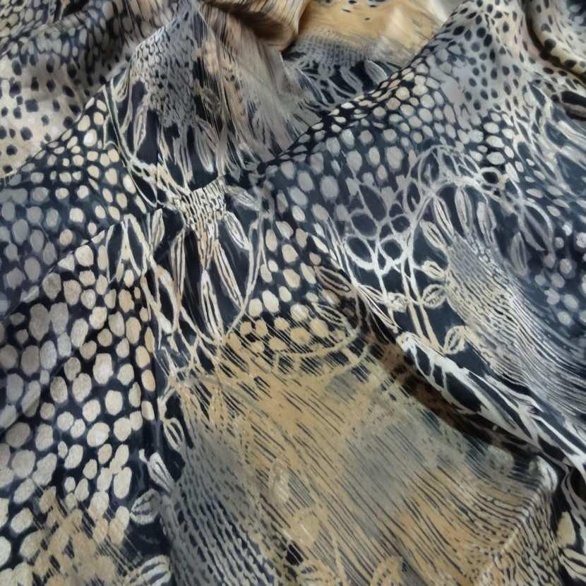 Coupon de beau satin noir imprime beige blanc casse et taupe 2m5
