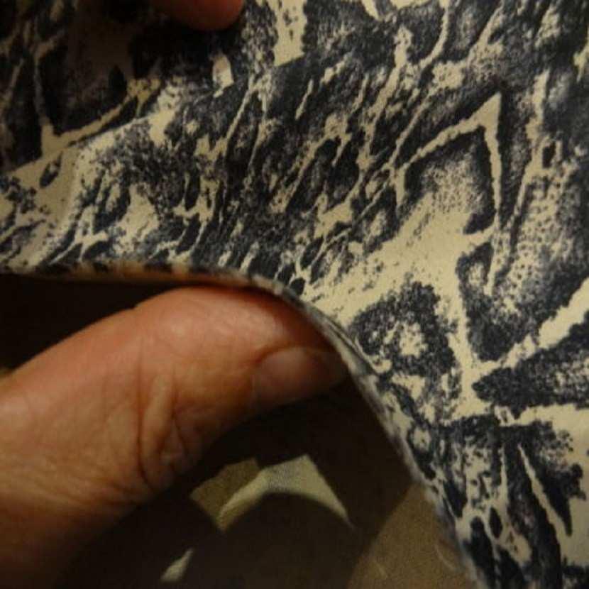 Coupon de gabardine lycra en coton beige imprime encre de chine1