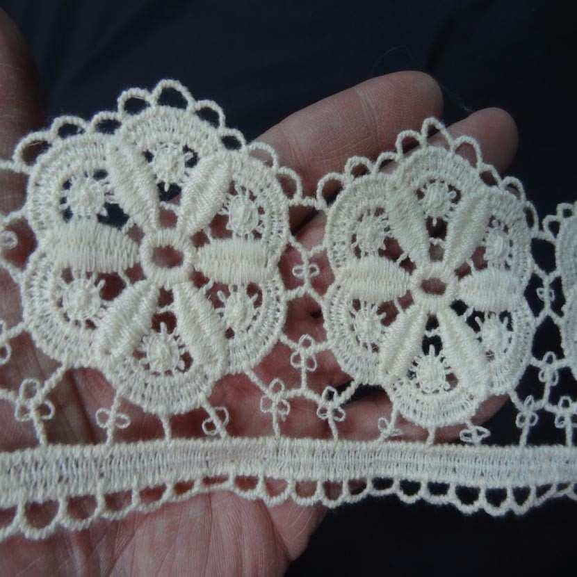 Coupon de macrame blanc casse motifs grosse fleurs en 10cm 2 60m1