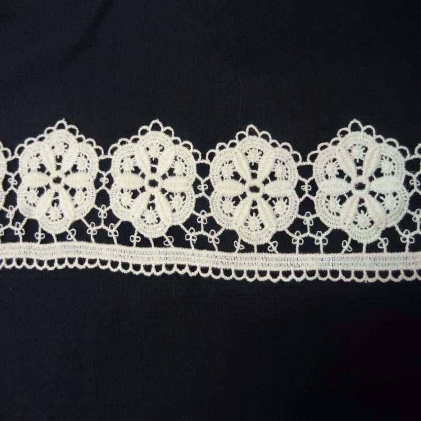 Coupon de macrame blanc casse motifs grosse fleurs en 10cm 2 60m6