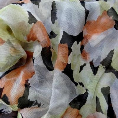 Coupon de mousseline de soie imprimee ton vert tilleul corail et noir 1 78m