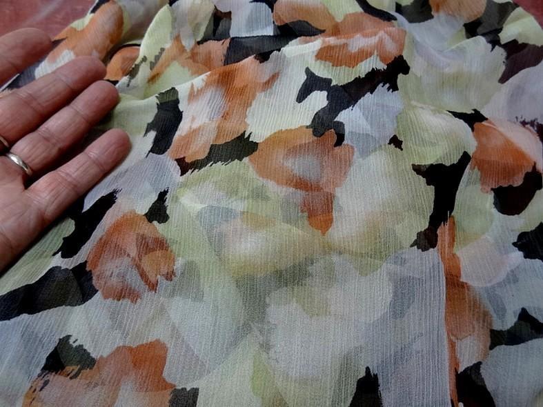 Coupon de mousseline de soie imprimee ton vert tilleul corail et noir 4