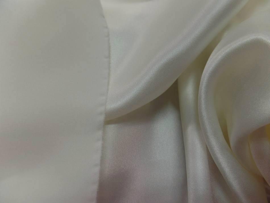 Coupon de satin de soie blanc casse 070m9