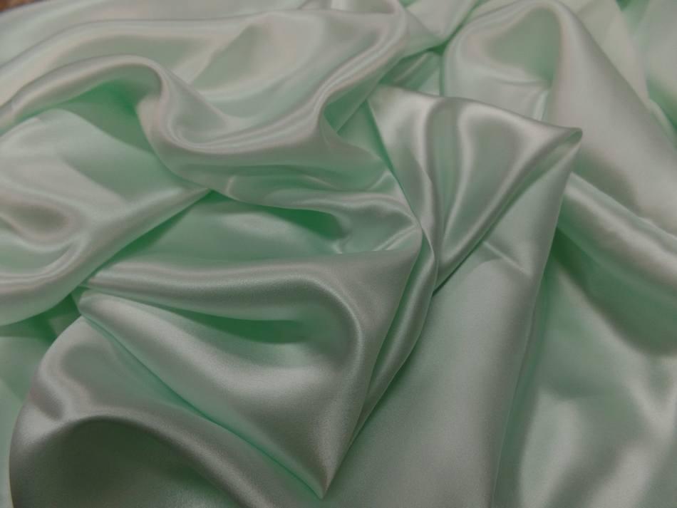 Coupon de satin de soie vert clair reflets blanc 3m