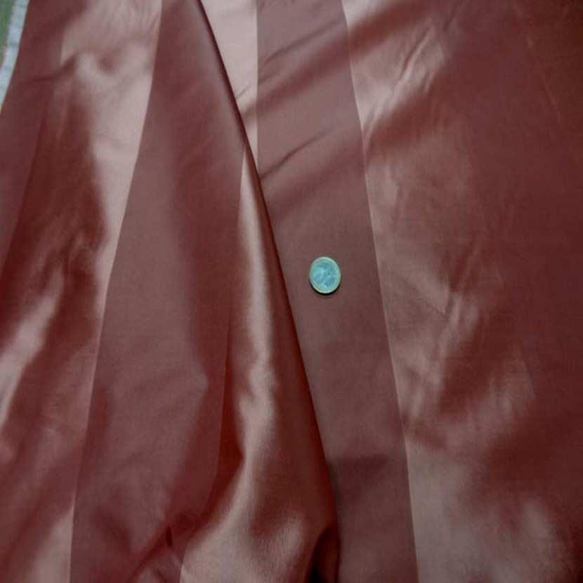 Coupon de taffetas de soie ton bordeaux brique rouille 1 60m3