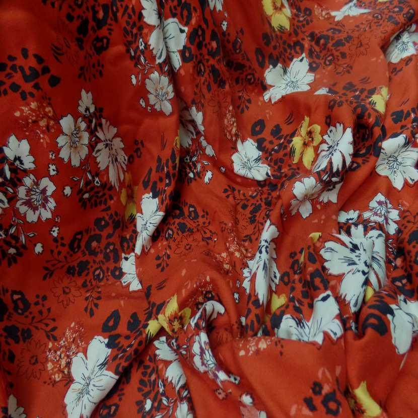 Coupon de viscose rouge imprime fleurs noir blanc et jaune safran 2 20m 0
