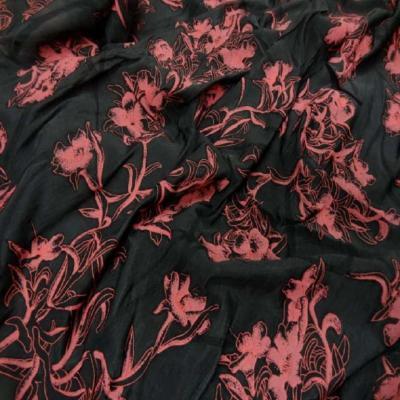 Coupon de voile lycra noir a motifs facon dentelle devore rose 1 40m