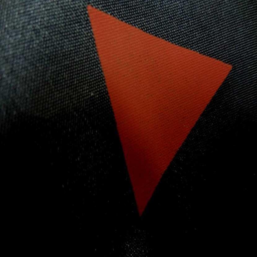 Doublure noire imprime triangle rouge0