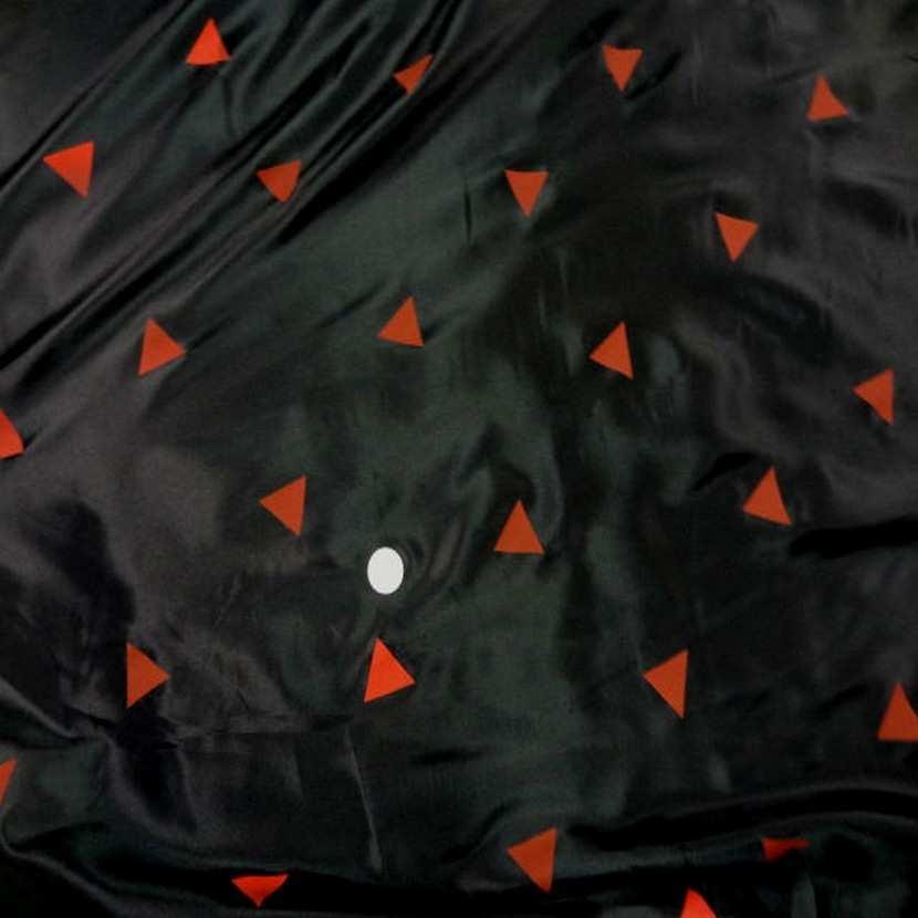 Doublure noire imprime triangle rouge9